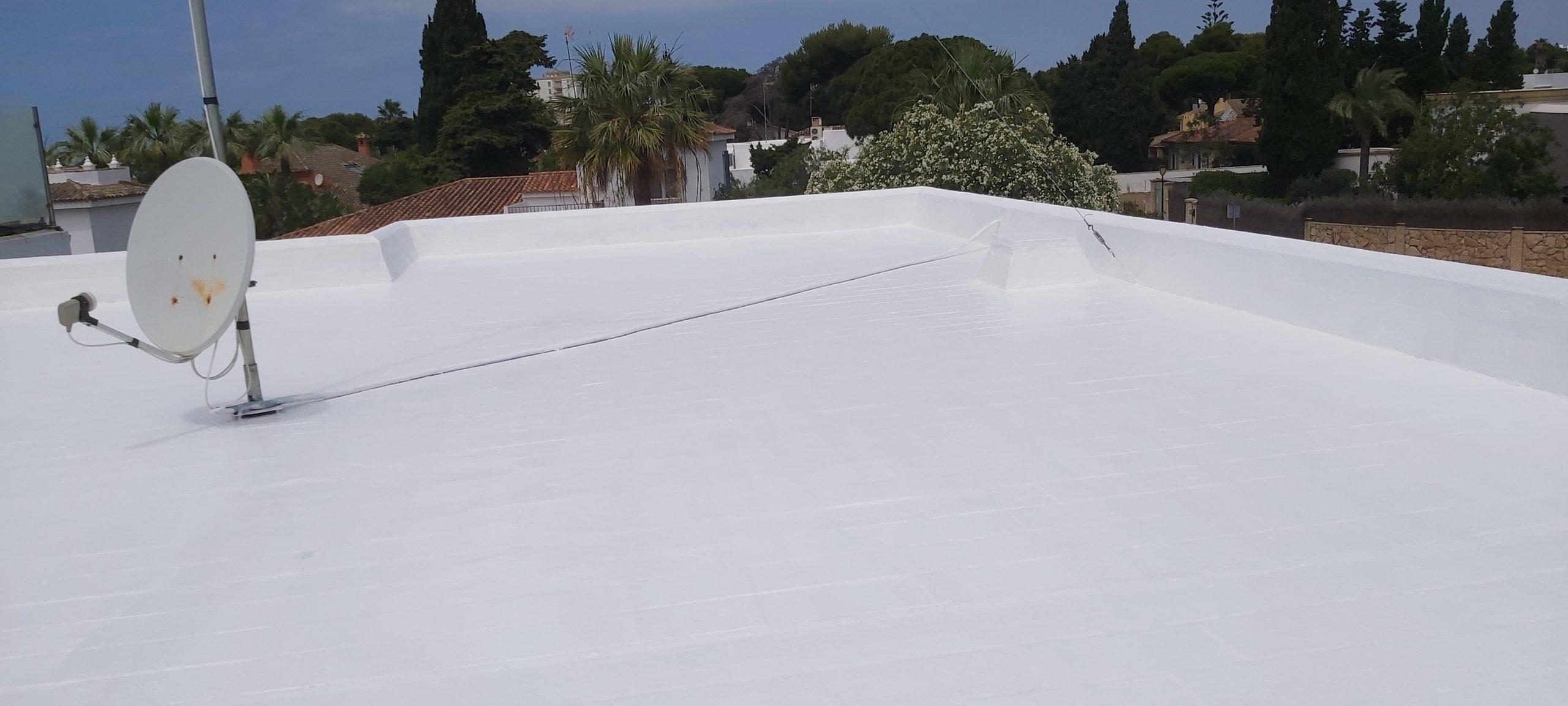 Impermeabilización y pintado de cubierta en color blanco