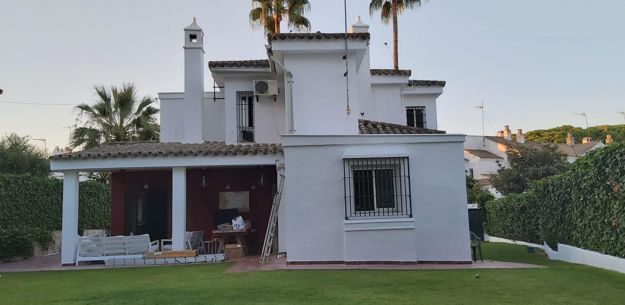 Pintar el exterior de tu casa. Vista lateral de chalet pintado de blanco