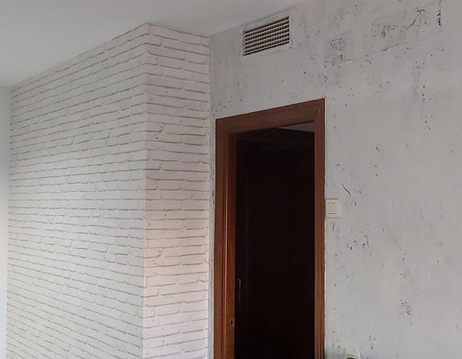 Salón de piso decorado con papel pintado