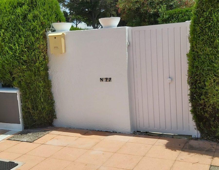 Pintar el exterior de tu casa. Puerta de acceso a chalet pintada de blanco